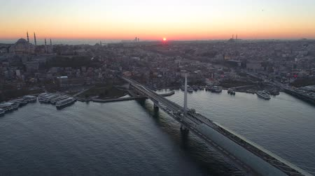 grande angular : Aerial drone view of the Istanbul, Turkie. Bosphorus Halic bay. Sunset. Fly over the bridges. Vídeos