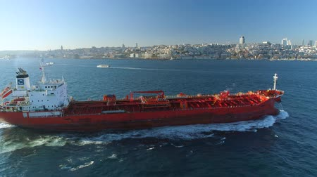 suspensão : ISTANBUL, TURKEY - 6 DEC,2017: Ship floating Bosphorus blue water sunny day. Aerial drone view on sunset.