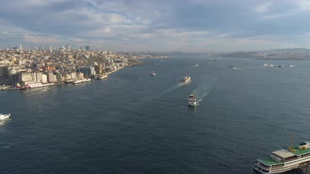 mesquita : Aerial drone view of the Istanbul, Turkie. Bosphorus Halic bay. Sunny day. Fly over the bridges. Vídeos