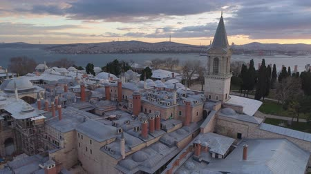 chifre : Aerial drone shot of sunrise in Istanbul, Turkie. From above, city centre. Topkapi palace.
