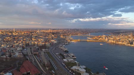chifre : Aerial drone shot of sunrise in Istanbul, Turkie. From above, city centre, downtown. Bosphorus.