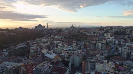 istanboel : Aerial drone shot of sunrise in Istanbul, Turkie. From above, city centre, downtown. Bosphorus.