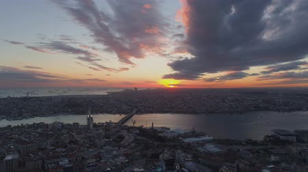 istanboel : Aerial drone shot of sunset in Istanbul, Turkie. From above, city centre, downtown. Bosphorus.