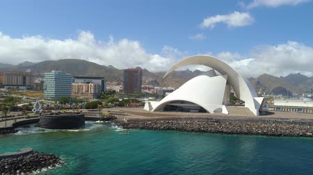 kanári : SANTA CRUZ DE TENERIFE, SPAIN - MAY, 18, 2018 Aerial view of Auditorio de Tenerife from above.