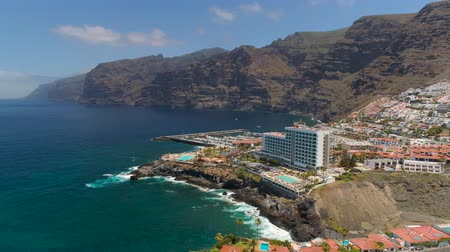 kanári : TENERIFE, LOS GIGANTES, SPAIN - MAY 18, 2018: Aerial view rocky coast and hotels, Canary islands.