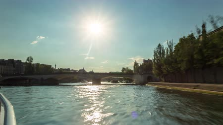 デイム : PARIS, FRANCE - JUNE 19, 2018: Timelapse view from the boat sailing the Seine river sunny summer day