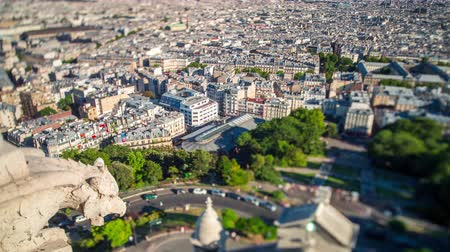 パリ : Panorama of Paris timelapse. Top view from Sacred Heart Basilica of Montmartre . Sunny day.