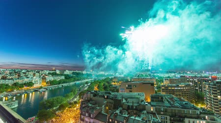oblouk : PARIS, FRANCE - JUNE 19, 2018: Eiffel Tower firework night timelapse at Bastille Day. Fast movement Dostupné videozáznamy