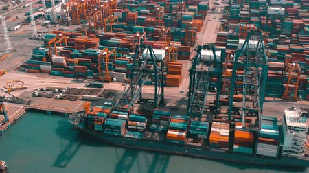 estaleiro : HONG KONG - MAY 1, 2018: Aerial view of a modern port container terminal. Large ship loading. Stock Footage