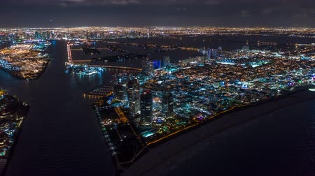 Майами : Aerial drone panorama view flight over Miami at night. Aero dronelapse in 4K.