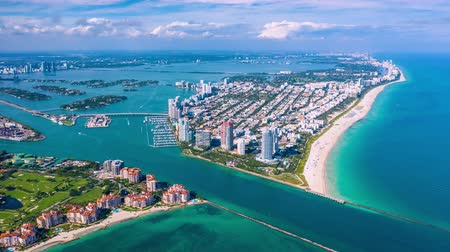 ponto de vista : MIAMI, FLORIDA, USA - JANUARY 2019: Aerial hyperlapse 4k drone panorama view flight over Miami beach ocean coastline. Stock Footage