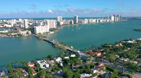 Майами : Aerial drone panorama view flight over Miami. Venetian Islands from above.