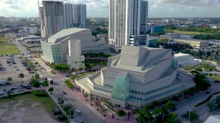 cavaleiro : MIAMI, FLORIDA, USA - MAY 2019: Aerial drone panorama view flight over Miami downtown. Knight Concert Hall from above. Vídeos