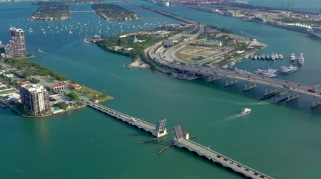 passagem elevada : MIAMI, FLORIDA, USA - MAY 2019: Aerial drone view flight over Miami Biscayne Bay. Overpasses and viaducts from above.