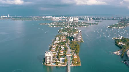 высотное : MIAMI, FLORIDA, USA - MAY 2019: Aerial drone view flight over Miami Biscayne Bay. Boats and yachts from above.