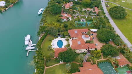 высотное : MIAMI, FLORIDA, USA - MAY 2019: Aerial drone view flight over Miami Biscayne Bay and Indian Creek island. Luxury houses.