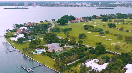 大富豪 : MIAMI, FLORIDA, USA - MAY 2019: Aerial drone view flight over Miami Biscayne Bay and Indian Creek island. Luxury houses.