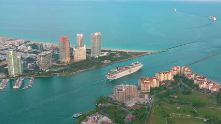 大富豪 : MIAMI, FLORIDA, USA - MAY 2019: Aerial drone view flight over Miami beach. South Beach and Fisher island from above.