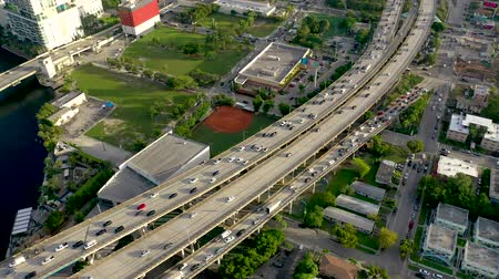 passagem elevada : MIAMI, FLORIDA, USA - MAY 2019: Aerial drone view flight over Miami downtown. Road viaduct and overpass from above.