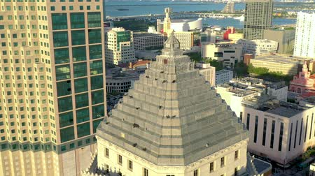 sas : MIAMI, FLORIDA, USA - MAY 2019: Aerial drone view flight over Miami downtown. Business building rooftop with birds. Stock mozgókép