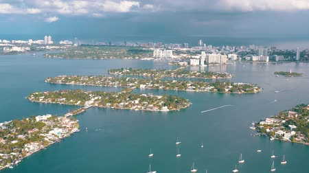 passagem elevada : MIAMI, FLORIDA, USA - MAY 2019: Aerial drone view flight over Miami Biscayne Bay. Boats and yachts from above.
