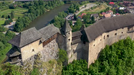 укрепленный : Orava castle in Slovakia. Medieval fortress on extremely high and steep cliff by the Orava river.