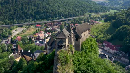 fortificação : Orava castle in Slovakia. Medieval fortress on extremely high and steep cliff by the Orava river.