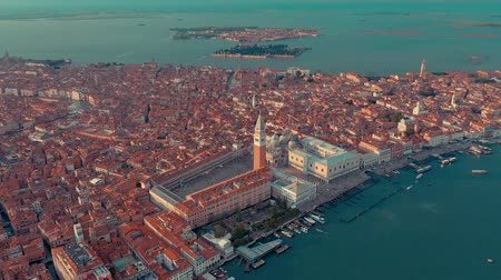 gondel : VENICE, ITALY - JUNE, 2019: Aerial drone panorama view of Venice beautiful architecture. Flight over canals and roofs. Videos