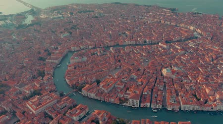 Венеция : VENICE, ITALY - JUNE, 2019: Aerial drone panorama view of Venice beautiful architecture. Flight over canals and roofs. Стоковые видеозаписи