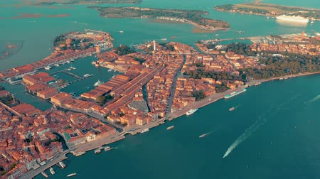 venezia : VENICE, ITALY - JUNE, 2019: Aerial drone panorama view of Venice beautiful architecture. Flight over canals and roofs. Stock Footage