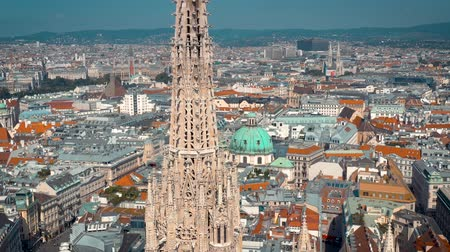 austríaco : VIENNA, AUSTRIA - JUNE, 2019: City skyline aerial shot. Cathedrals and cityscape. Significant tourist sites from above