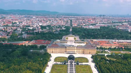 monarchie : VIENNA, AUSTRIA, - JUNE 2019: Aerial view of Schonbrunn Palace, former imperial summer residence, tourist attraction.