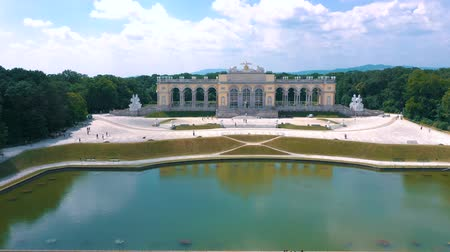 barok : VIENNA, AUSTRIA, - JUNE 2019: Aerial view of Schonbrunn Palace, former imperial summer residence, tourist attraction.