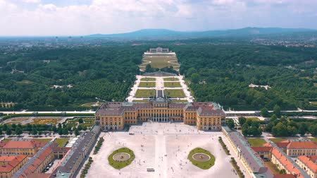 austríaco : VIENNA, AUSTRIA, - JUNE 2019: Aerial view of former imperial summer residence, tourist attraction.