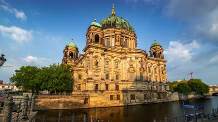 pitka : BERLIN, GERMANY - MAY,2019: Timelapse view of the historic building Berliner Dom near the Spree River Dostupné videozáznamy