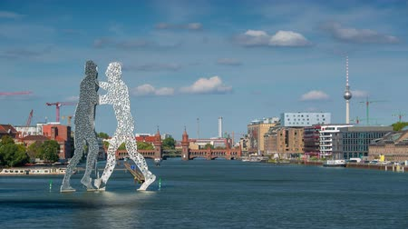 pitka : BERLIN, GERMANY - MAY,2019: Molecule Man statue on Spree river in Berlin city centre Dostupné videozáznamy