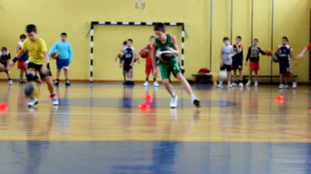 sport dzieci : Sport activity of children. Kids practicing basketball indoor Wideo