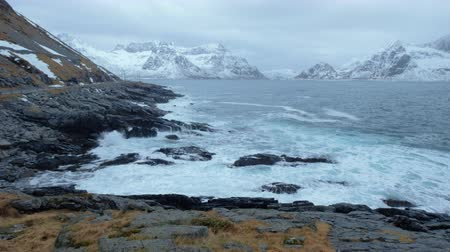přímořská krajina : Norwegian Sea waves on rocky coast of Lofoten islands, Norway