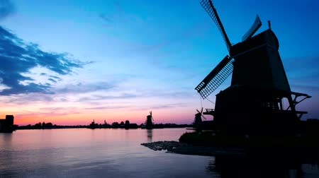 antiquado : Windmills at Zaanse Schans in Holland on sunset. Zaandam, Nether