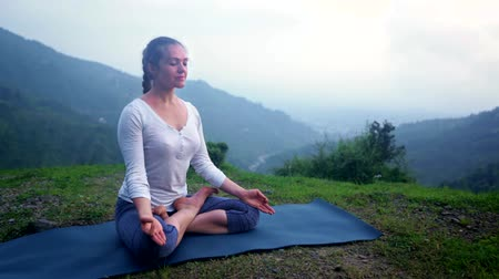 contemplação : Woman meditating in Lotus asana