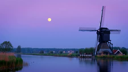 antiquado : Windmills at Kinderdijk in Holland in the evening with full moon. Netherlands