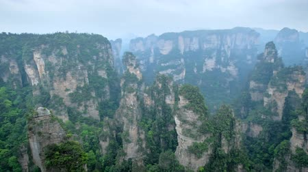 pijlers : Zhangjiajie mountains, China Stockvideo