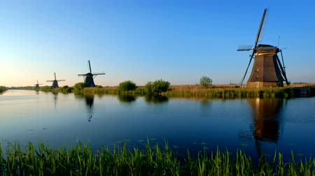 antiquado : Windmills at Kinderdijk in Holland on sunset. Netherlands