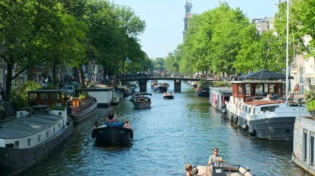 nizozemí : Amsterdam canal with boats, bridge and medieval houses