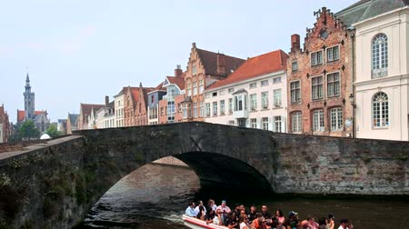 бельгийский : Tourist boat in canal in Bruges, Belgium