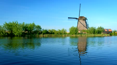 antiquado : Windmills at Kinderdijk in Holland. Netherlands Stock Footage