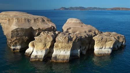 Киклады : White rock formations of Sarakiniko beach. Milos island, Greece. Стоковые видеозаписи
