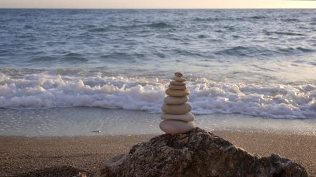 stabilní : Concept of balance and harmony - stone stacks on the beach