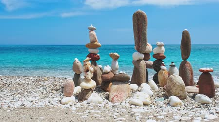 stabilní : Concept of balance and harmony. - stone stacks on the beach