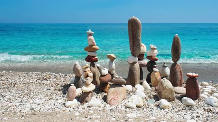 安定した : Concept of balance and harmony. - stone stacks on the beach
